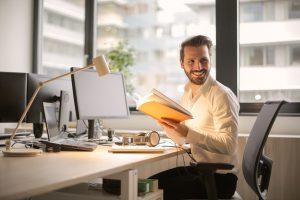 Hombre de negocios en su escritorio de oficina