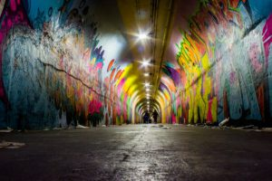 paredes de un túnel repletas de grafitis.